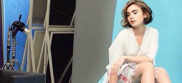 Il look di Lily Collins: la figlia di Phil è testimonial di Karl Lagerfeld