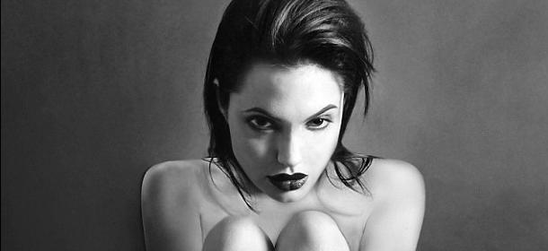 Angelina Jolie nuda a 20 anni: le foto inedite vendute all'asta