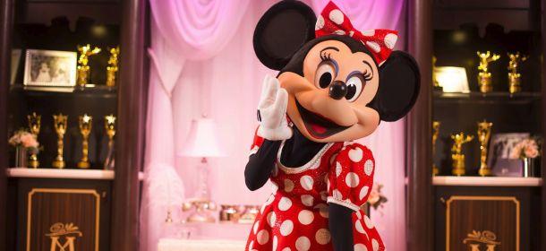 """Minnie Mouse """"Rocks the Dots"""", retrospettiva fashion dedicata alla celebre icona"""