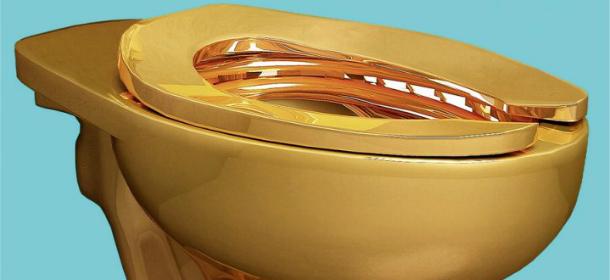 Il water d'oro di Maurizio Cattelan aperto al pubblico Guggenheim di New York