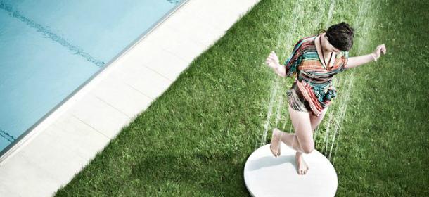 Con l'arrivo dell'estate non possono mancare le docce per l'esterno, per valorizzare i terrazzi e i giardini delle case private di lusso o di case vacanze e grandi hotel.