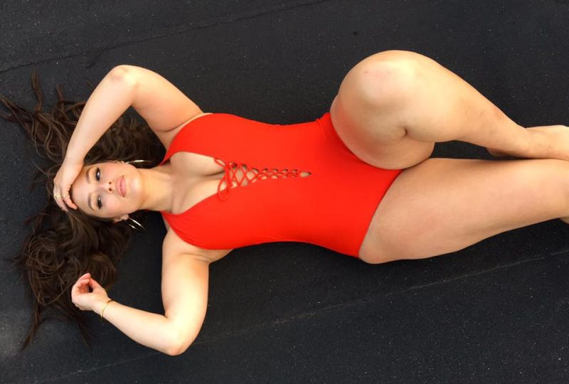"Ashley Graham, cellulite in bicicletta: ""Non ha mai fatto male a nessuno!"""