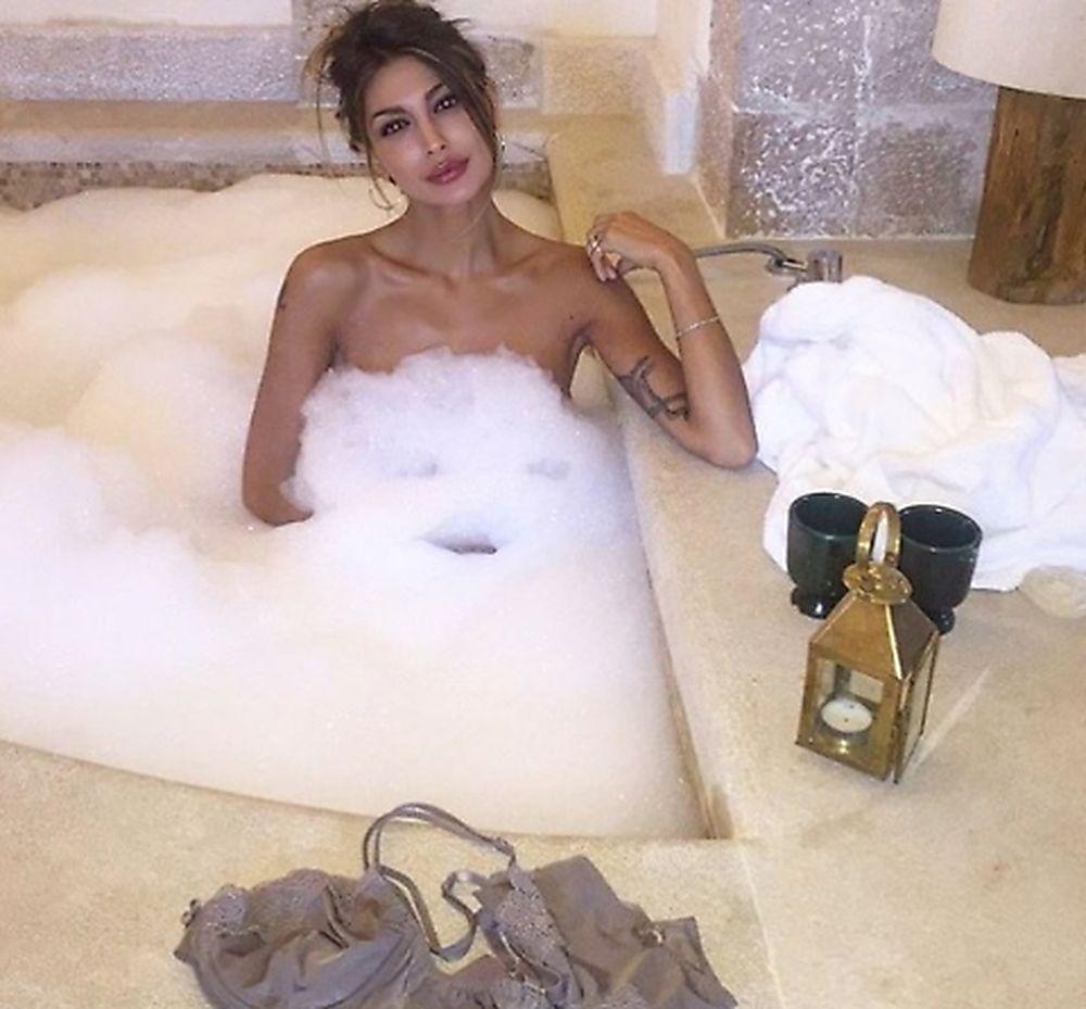 Cristina Buccino nuda nella vasca da bagno