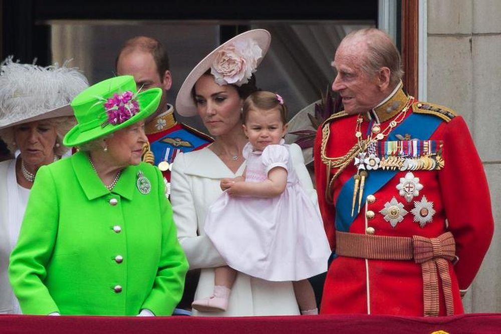 La regina elisabetta ii stupisce tutti con un abito verde for La regina elisabetta 2