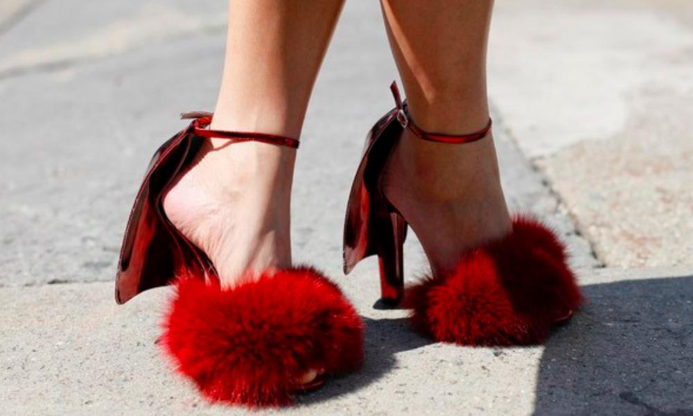 Da Gigi Hadid a Rihanna, i sandali in pelo saranno il must dell'autunno 2016?