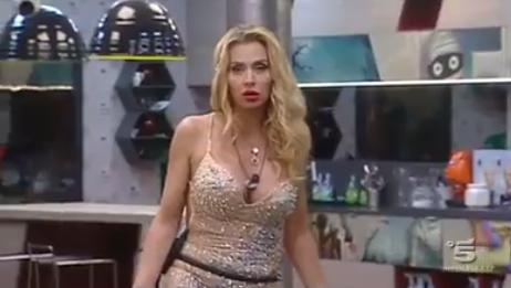 Grande Fratello Vip, Valeria Marini in lacrime. Ecco perché