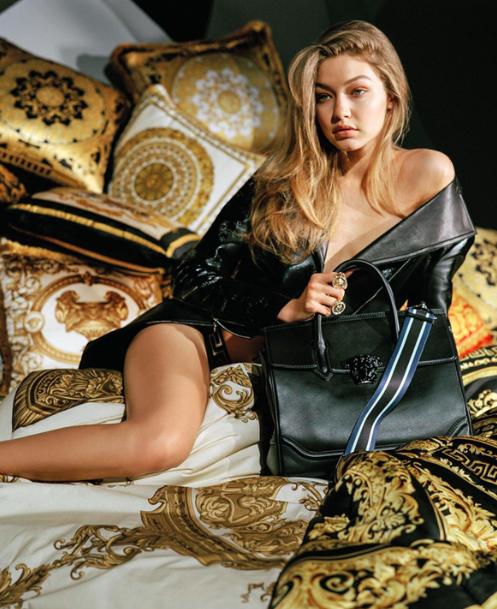 Gigi Hadid nuda Versace
