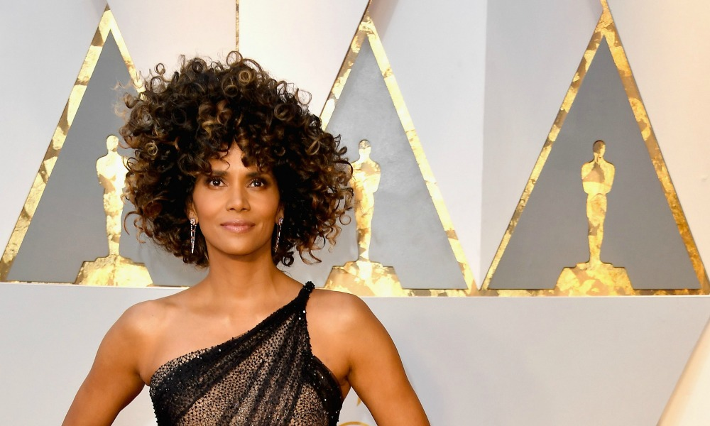 Halle Berry: tuffo hot in piscina