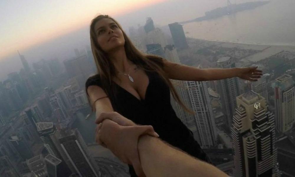 Le foto di una modella russa che sfida la gravità