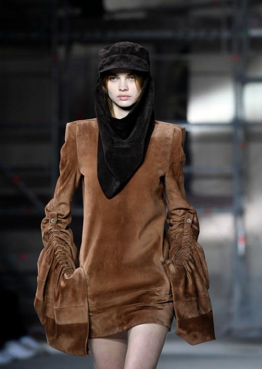 Yves Saint Laurent, per l'autunno/inverno 2017-2018 la donna arriva dal futuro