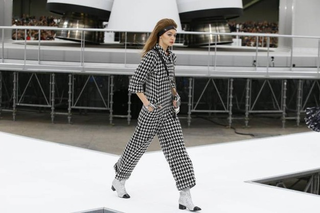 Paris Fashion Week, l'astronave di Chanel porta la moda tra le stelle