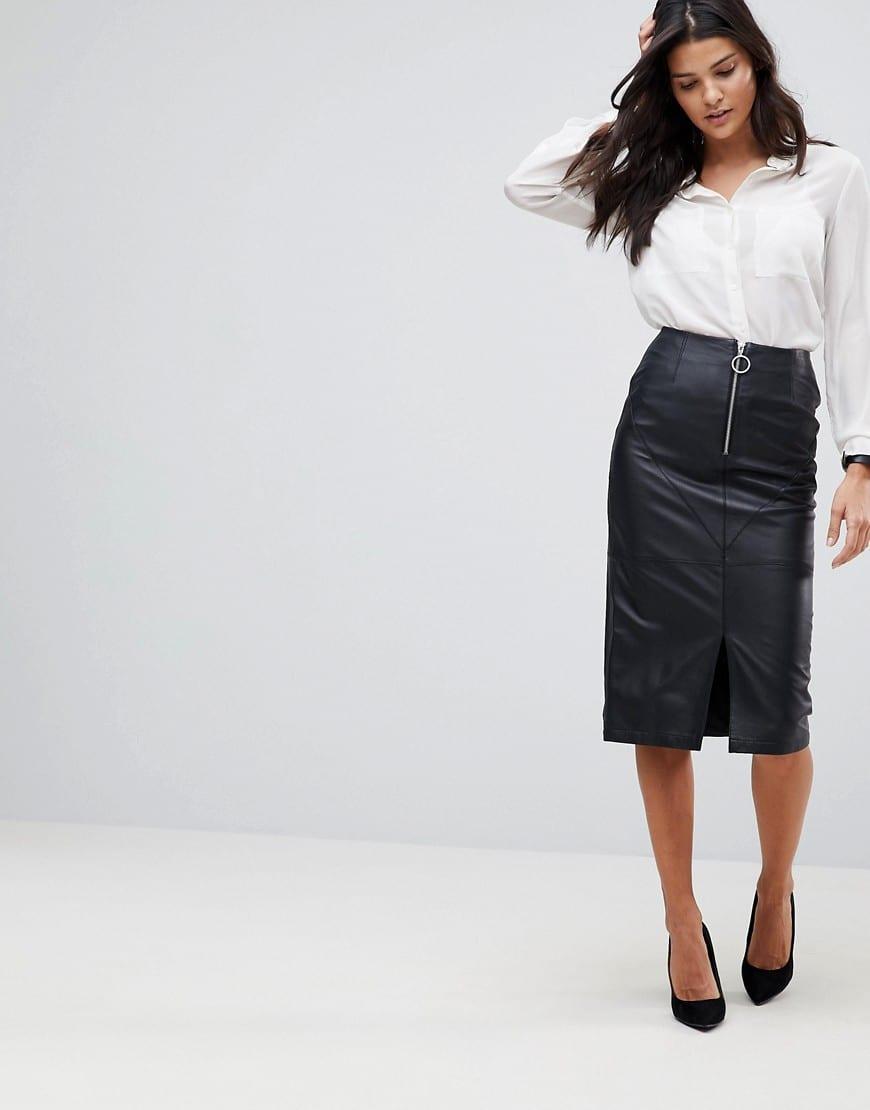 b7e9cdefafa5 Intramontabile anche il modello longuette di jeans, da indossare con una  camicia e un paio di slingback: tacco basso, comode ma eleganti.