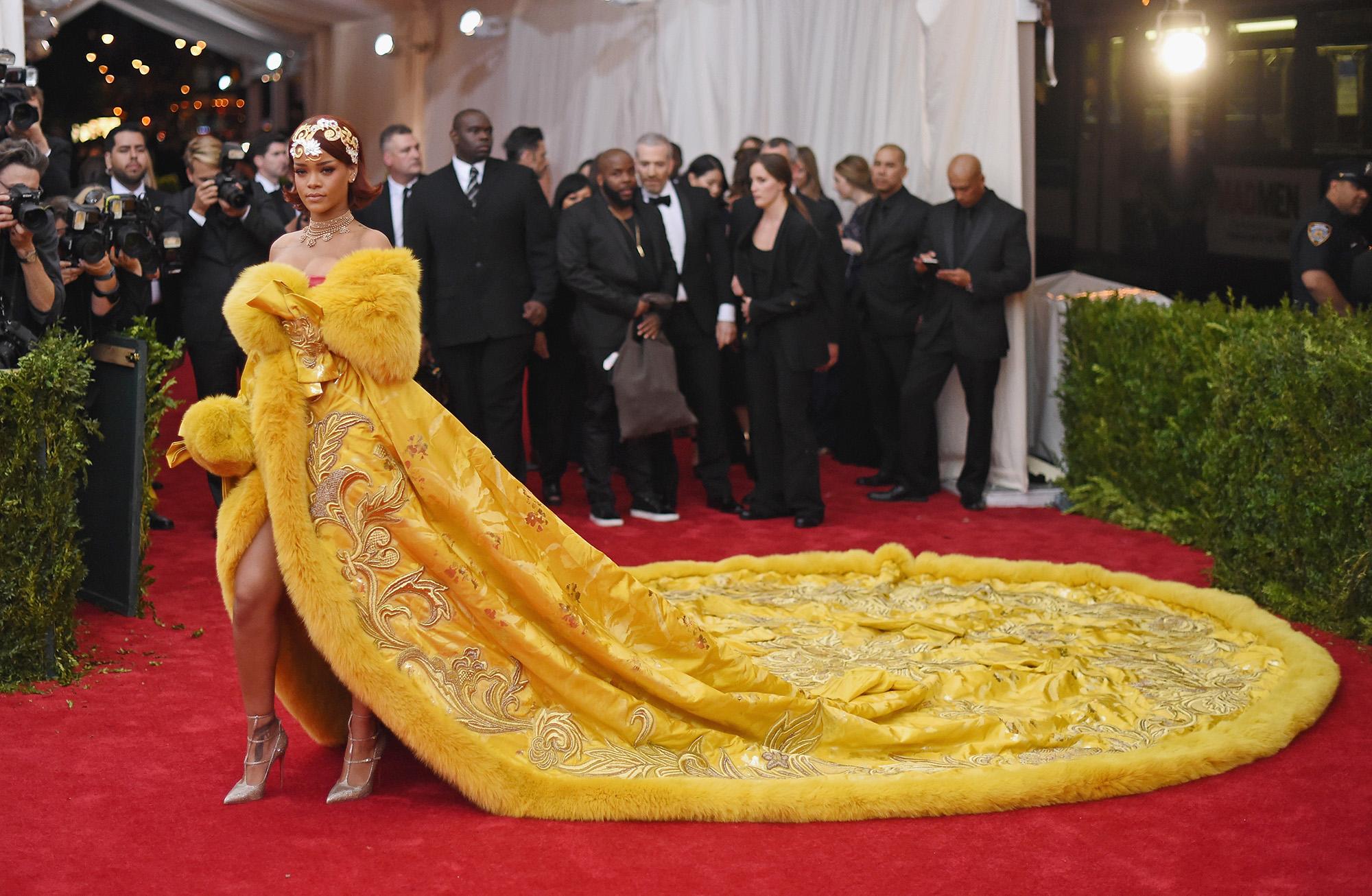 Rihanna si è vestita come il PAPA al Met Gala 2018!